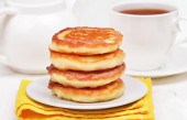 Curd pancakes stack and tea — Stock Photo