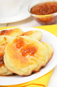 Curd pancakes with yellow raspberry confiture  — Stock Photo