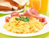 Frukost med äggröra — Stockfoto