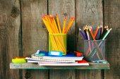 執筆書籍や学校木製の棚のツールします。. — ストック写真