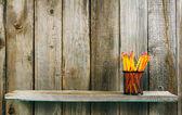 Lápis em uma prateleira de madeira. — Fotografia Stock