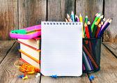 Outils pour ordinateur portable, de livres et de l'école. — Foto de Stock