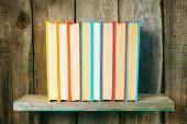 Livros em uma prateleira de madeira. — Fotografia Stock