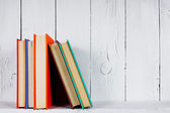 木製の棚の本. — ストック写真