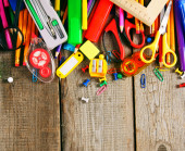 Herramientas de la escuela. sobre fondo de madera. — Foto de Stock