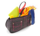 Bolso con herramientas de la escuela sobre un fondo blanco. — Foto de Stock