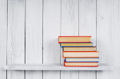 Books on a wooden shelf. — Φωτογραφία Αρχείου