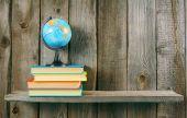 The globe and multi-coloured books. — Φωτογραφία Αρχείου