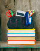 Books and school tools on a wooden shelf. — 图库照片