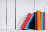 Livres sur une étagère en bois. — Photo