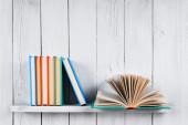 打开书本和其他多种颜色的书. — 图库照片