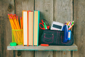 Books and school tools on a wooden shelf. — Foto Stock