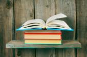 O livro aberto sobre uma pilha de livros. — Foto Stock