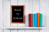 戻って学校へ。マルチカラーの書籍. — ストック写真