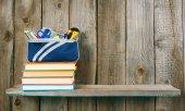 Livros e escola ferramentas em uma prateleira de madeira. — Fotografia Stock
