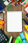 Caderno e escola ferramentas em torno. — Foto Stock