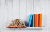 El libro abierto y otros libros multicolores. — Foto de Stock