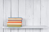 Ahşap raf kitaplar. — Stok fotoğraf