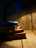 El artefacto y los libros. sobre fondo de madera. — Foto de Stock