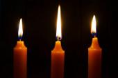 Las velas encendidas sobre fondo negro. — Foto de Stock