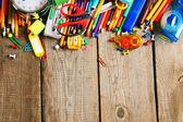 Hulpprogramma's van de school. op houten achtergrond. — Stockfoto