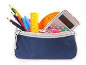 τσάντα με σχολείο εργαλεία σε λευκό φόντο. — Φωτογραφία Αρχείου