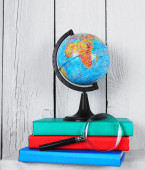 The globe, magnifier and books . — Stock Photo