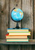 Küre ve çok renkli kitaplar. — Stok fotoğraf