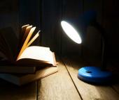 Открытая книга и арматуре. на фоне деревянных. — Стоковое фото