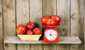 Apples on scales and in basket — Stock Photo