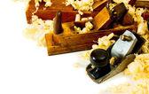 Obras de marcenaria. Corte de madeira e avião no fundo branco — Fotografia Stock