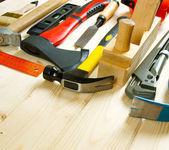 Muitas ferramentas de trabalho em um fundo de madeira. — Fotografia Stock