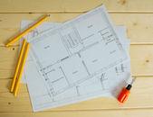 補修工事。建物および木製の背景のドライバー用の図面. — ストック写真