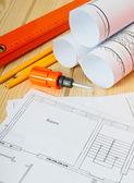 Reparatie werk. Tekeningen voor het gebouw, schroevendraaier, helm en anderen tools op houten achtergrond. — Stockfoto