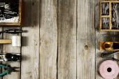 Wiele narzędzi pracy na tle drewniane. — Zdjęcie stockowe