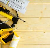 Рисунки для строительства, пила, молоток и другие инструменты на деревянных фоне. — Стоковое фото