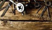 Das Werkzeug zum Schneiden von Schnitzen und Bohren auf hölzernen Hintergrund. — Stockfoto