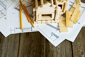 Muitos desenhos para construção e casa em fundo de madeira velha. — Fotografia Stock
