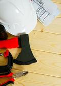 Rysunki dla budynku, topór, zacisk i innych narzędzi na drewniane tła. — Zdjęcie stockowe