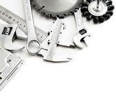 Kovářství. Sešívačka, pily, klíče a další nástroje na bílém pozadí. — Stock fotografie