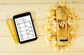 Œuvres de menuisiers. Travail du bois. Tablette, des dessins et des outils de travail sur un fond en bois. — Photo