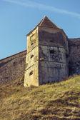 Ortaçağ Kulesi ve Savunma duvarları merkezine Kalesi, Romanya — Stok fotoğraf
