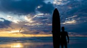 Silhouette of surfer near the ocean — Stock Photo