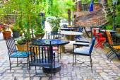 Outdoor restaurant tables with yellow chairs — Stockfoto