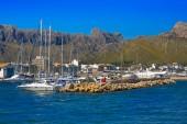 Yacht in harbor and mountains of Port de Pollenca, northeast coast of spanish island Mallorca in Mediterranean Sea, Europe — Stock Photo