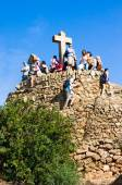 BARCELONA, SPAIN - OCT,19: Tourists on Hill of Three Crosses or monument to Calvary in Park Guell.Park Guell is famous architectural town art designed by Antoni Gaudi and built in years 1900 to 1914 — Stock Photo
