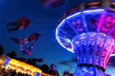夜に伝統的なチェーン カルーセル — ストック写真