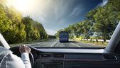 человек, ведущий его автомобиль — Стоковое фото