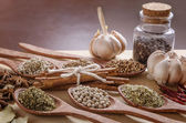 Spoons and spices on cutting board — Stockfoto