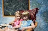 Barnen spelar — Stockfoto